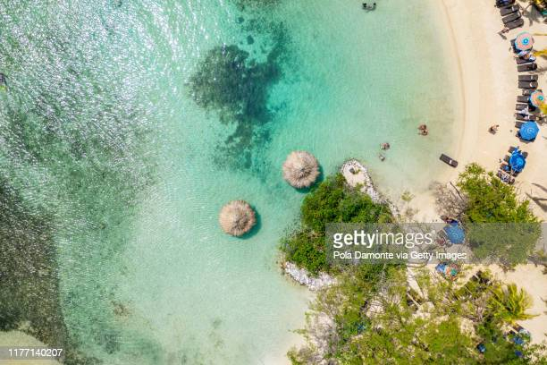 aerial top view of a tropical island beach with white sand and emerald water in roatan paradise island in the caribbean.. - ホンジュラス ストックフォトと画像