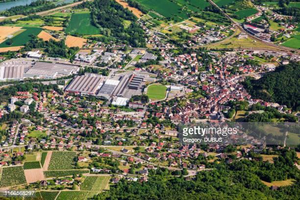 アイン県のクモス小さなフランスの町、オーヴェルニュ・ローヌ・アルプス地方の空中トップビュー、住宅街と中央にサッカースタジアムのあるスポーツコンプレックス - オーヴェルニュ=ローヌ=アルプ ストックフォトと画像