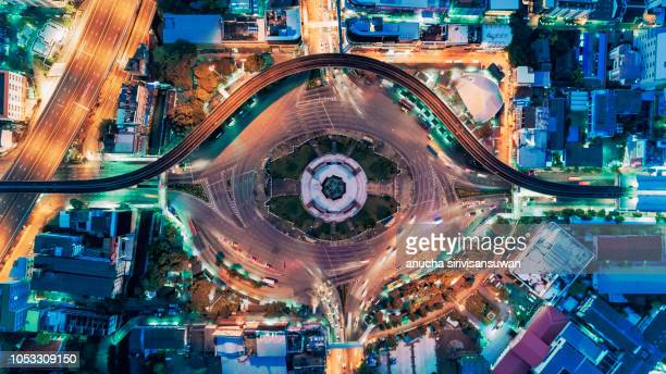 aerial top view traffic roundabout road in city at night, aerial view traffic in bangkok. - haut photos et images de collection