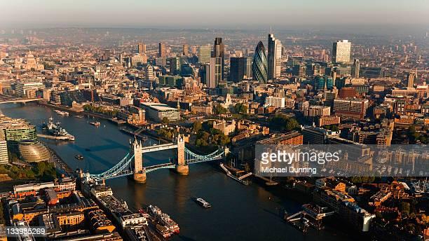 aerial tower bridge, london, england - dawn dunning stockfoto's en -beelden