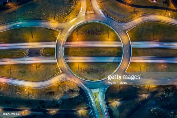 aerial - traffic circle and connecting roads at twilight. - punto de vista de dron fotografías e imágenes de stock