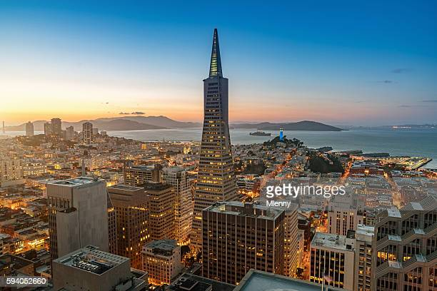 aerial twilight view transamerica pyramid san francisco cityscape - birthplace of silicon valley stockfoto's en -beelden
