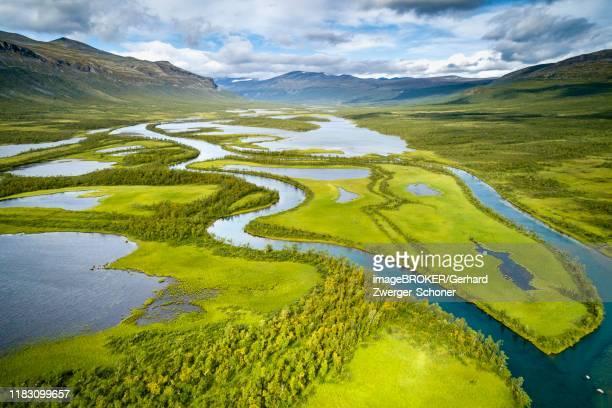 aerial view, drone shot, meandering river landscape of the rapa valley near nikkaluokta, sarek national park, norrbottens laen, sweden - nature reserve stock-fotos und bilder
