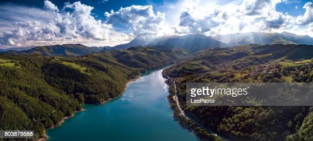 Luftbild fliegen über einem See in Mittelitalien