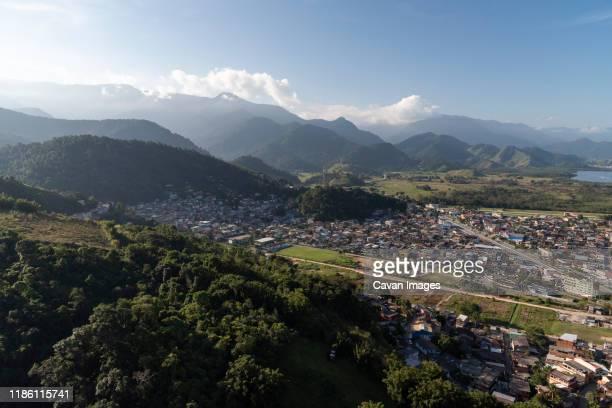 aerial view from helicopter flight to poor favela area and mountains - angra dos reis imagens e fotografias de stock