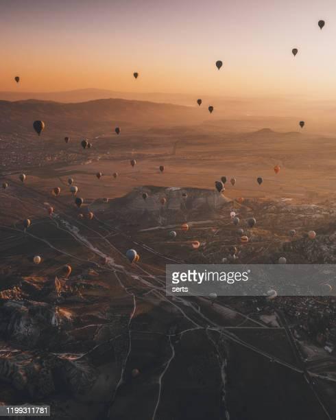 トルコのカッパドキアの畑の上空の空中写真熱気球。 - ネヴシェヒル県 ストックフォトと画像