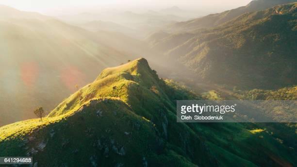 Luchtfoto berg weinig Adam's Peak in Sri Lanka