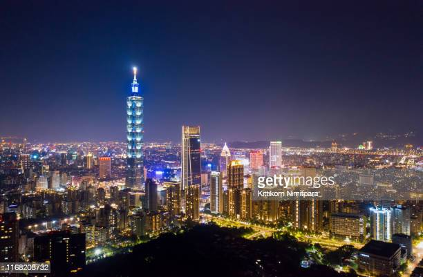 aerial view of 101 building at night. - taipei 101 個照片及圖片檔