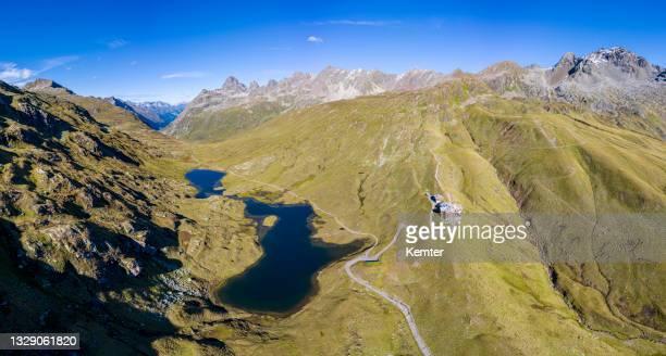 luftaufnahme eines schönen kleinen sees in den bergen - kemter stock-fotos und bilder