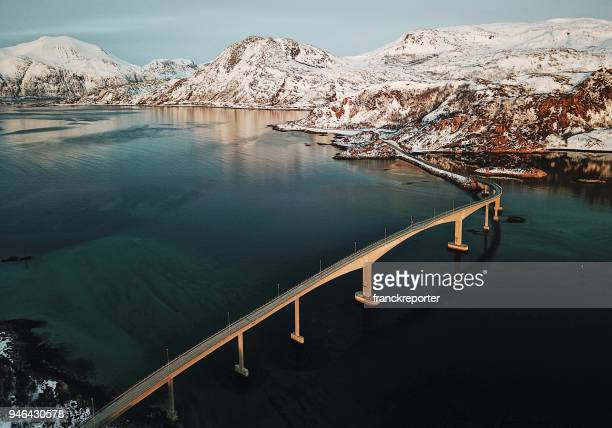 vista aérea de uma ponte para o lofoten - noruega - fotografias e filmes do acervo