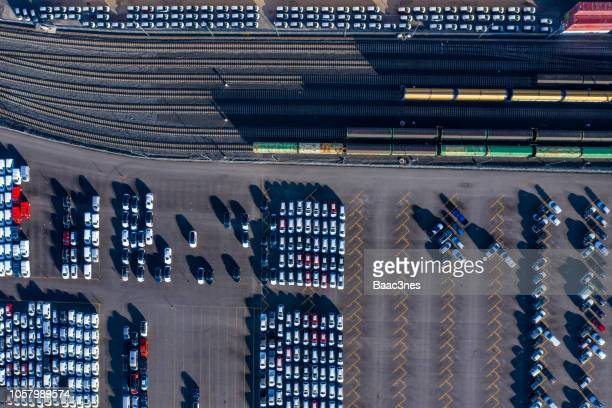 aerial view of a car distribution centre, new cars parked close to the railway ready to be transported - 列車の車両 ストックフォトと画像