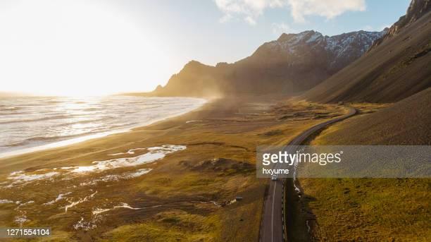 アイスランドの風光明媚な道路を走行する車の空中写真 - 荒野 ストックフォトと画像