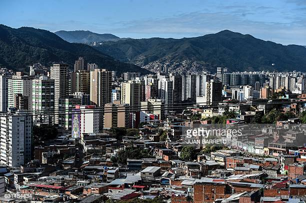 Aerial view of a densely populated area of western Caracas on January 11 2017 / AFP / JUAN BARRETO