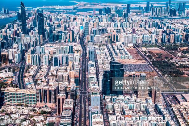 aerial view of a downtown residential area of abu dhabi, uae - inquadratura da un aereo foto e immagini stock