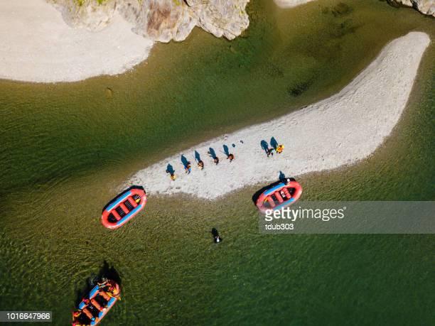 vista aérea de um grupo de homens e mulheres, explorando uma ilha no rio balsas - bote inflável - fotografias e filmes do acervo
