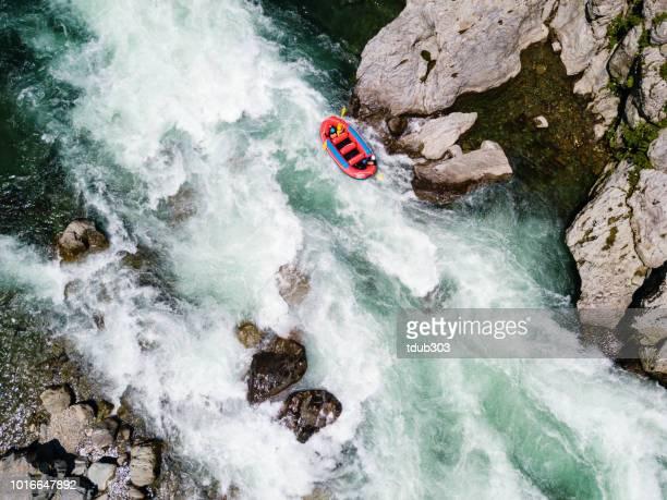 Luchtfoto van een groep van mannen en vrouwen white water riverrafting
