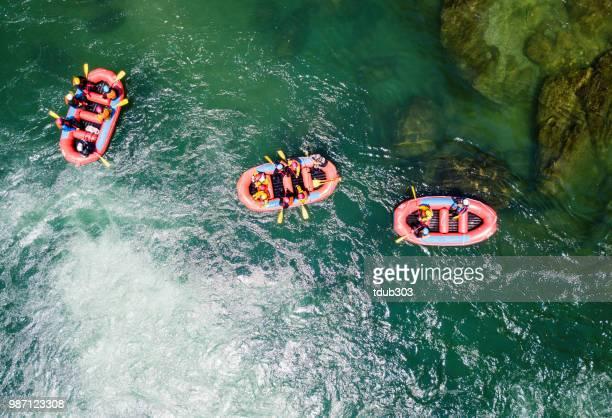 vista aérea de um grupo de homens e mulheres rio água branca que transporta - rafting - fotografias e filmes do acervo