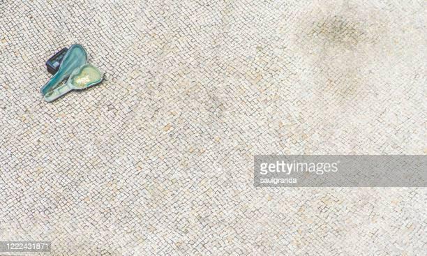 aerial view of a guitar case on the cobblestone - adoquinado fotografías e imágenes de stock