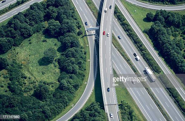 aerial view of a highway intersection - groot brittannië stockfoto's en -beelden