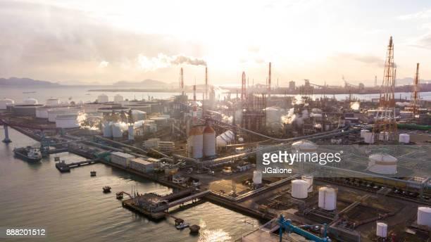 vista aérea de una planta petroquímica japon - planta petroquímica fotografías e imágenes de stock