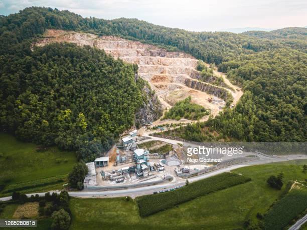 森林に囲まれた鉱山工場を持つ大規模採石場の空中写真 - 浚渫 ストックフォトと画像