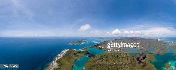 vista aérea de un bosques de manglar entre cayos y aguas color turquesa del mar caribe. - paisajes de venezuela fotografías e imágenes de stock