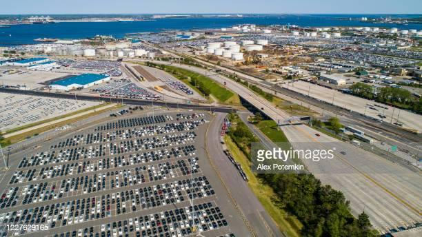 luchtmening van een parkerenpartij die door nieuwe auto's nabijgelegen commerciële haven in baltimore, maryland wordt vervuld. - maryland staat stockfoto's en -beelden