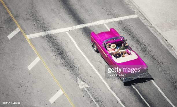 vista aérea de un coche de taxi americano vintage convertible púrpura en la habana. cuba - cuba fotografías e imágenes de stock