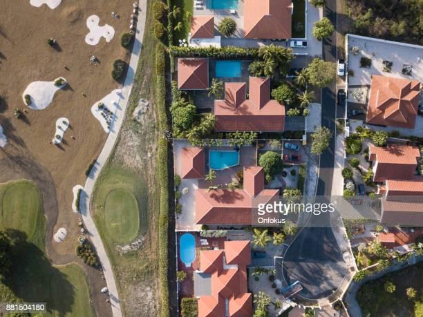 luchtfoto van een woonwijk en de golfbaan in curacao - curaçao stockfoto's en -beelden