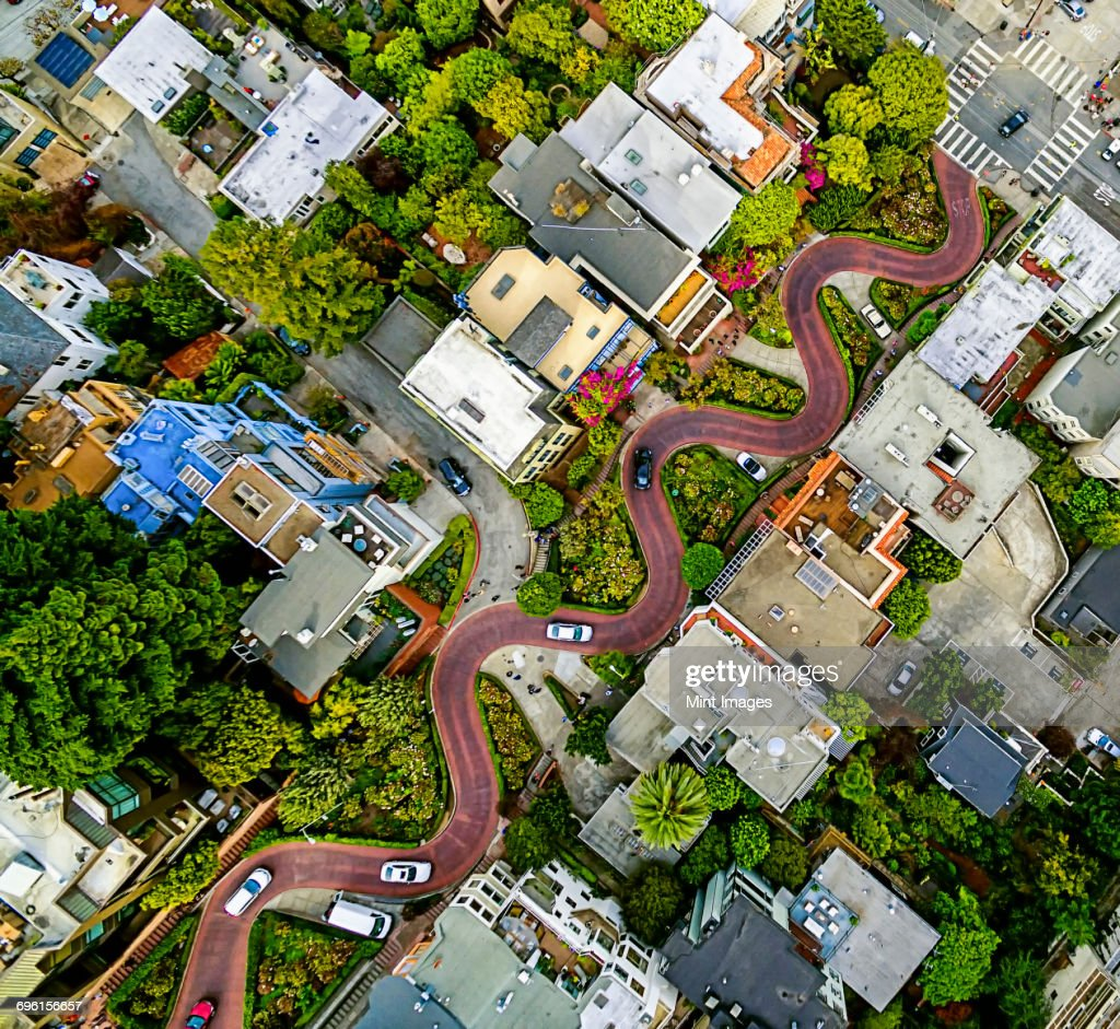 Aerial view of a residential city area, with road descending a hillside with eight hairpin turns. : Foto de stock