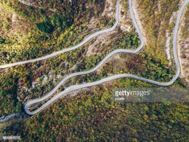 Luftaufnahme einer Kurve der Straße