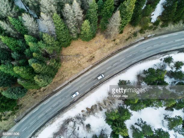 Vue aérienne d'une route dans la forêt d'hiver