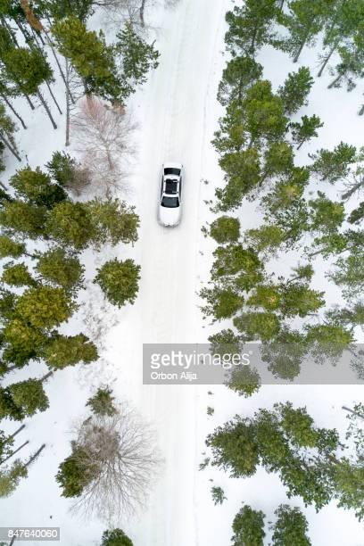 Luftaufnahme der Bundesstrasse im Winterwald