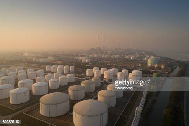 aerial view of a state of the art terminal for storage of mineral oil products and chemicals - storage tank - fotografias e filmes do acervo