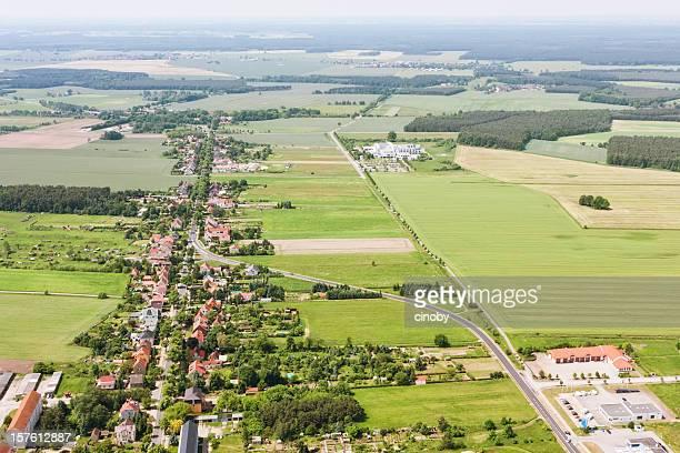 Luftbild von einem Außenbezirk, farmland