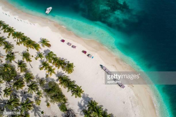 vista aérea de un cayo de arena blanco en el mar caribe con aguas de color turquesa - paisajes de venezuela fotografías e imágenes de stock