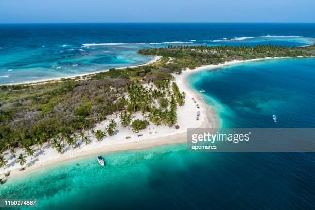 ターコイズブルーの海とカリブ海域の白い砂浜の空気の眺め - バハマ ストックフォトと画像
