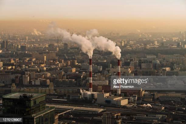 冬の大都市で働く火力発電所の空中写真。 - 火力発電所 ストックフォトと画像