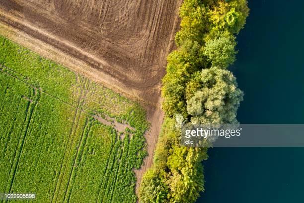 Luftaufnahme der landwirtschaftlich genutzten Fläche und See