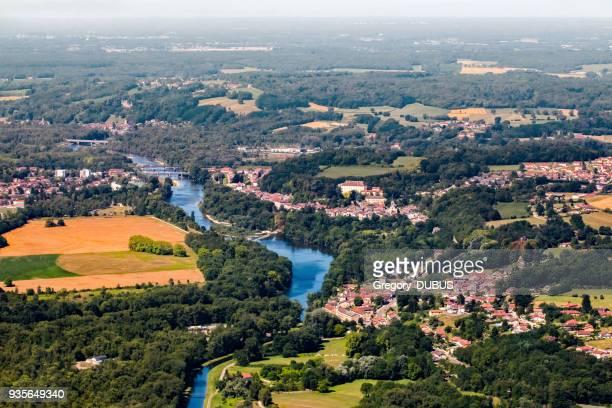 flygfoto över ain flod i frankrike med broar och byar på landsbygden i sommarsäsongen - ain bildbanksfoton och bilder