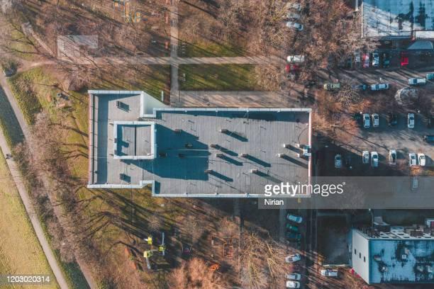 luftaufnahme von mehrfamilienhäusern - flach stock-fotos und bilder