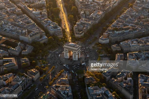 aerial view of arc de triomphe in paris france at sunset - arc de triomphe photos et images de collection