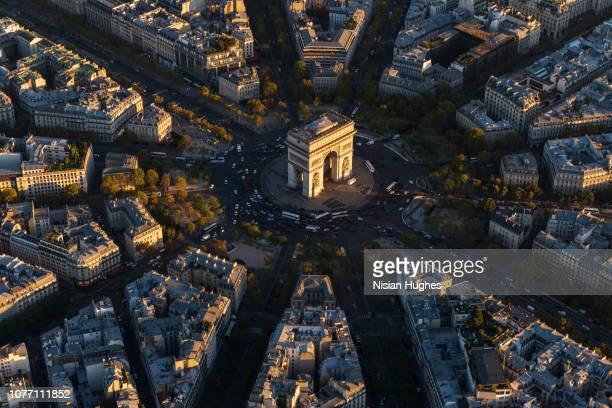 aerial view of arc de triomphe in paris france at sunset - パリ凱旋門 ストックフォトと画像