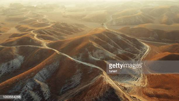 vista aérea del paisaje árido - flanco de valle fotografías e imágenes de stock