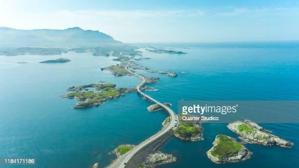 vue aérienne de la voie atlantique sur la côte ouest de la norvège - atlantic road norway photos et images de collection
