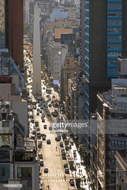vista aérea de la avenida corrientes en el centro de buenos aires argentina - obelisco de buenos aires fotografías e imágenes de stock