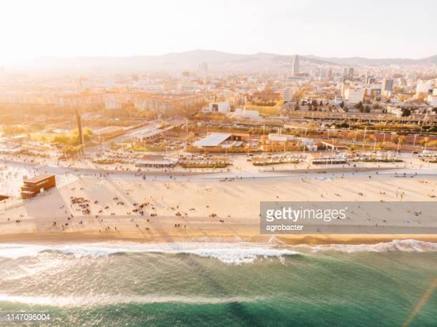 vista aérea de la playa de la barceloneta - barcelona españa fotografías e imágenes de stock