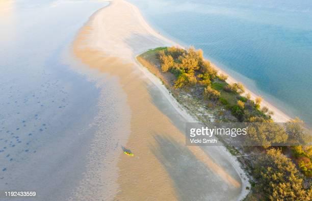 aerial view of beach and ocean inlet with grassy sand bar - bras de mer caractéristiques côtières photos et images de collection