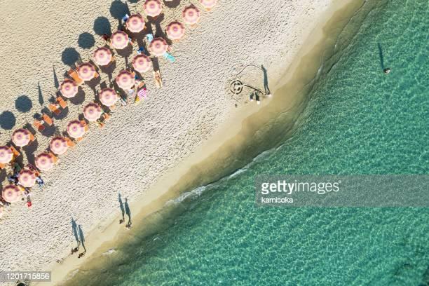 vista aerea della spiaggia in italia con ombrelloni - italia foto e immagini stock