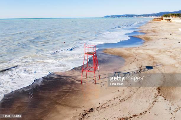vue aérienne de la plage avec la chaise de sauveteur en hiver - océan atlantique photos et images de collection